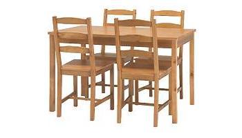 Mesa de comedor ikea de madera maciza con cuatro sillas for Sillas de madera ikea