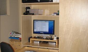 armario PAX y mesa de trabajo