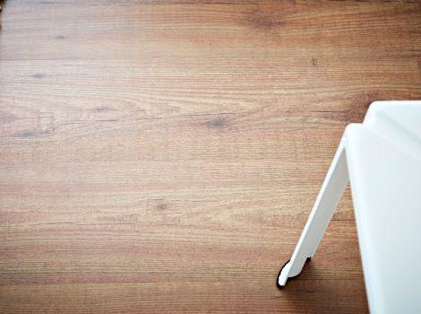 Suelos baratos de ikea y accesorios para colocarlo for Mejor suelo laminado